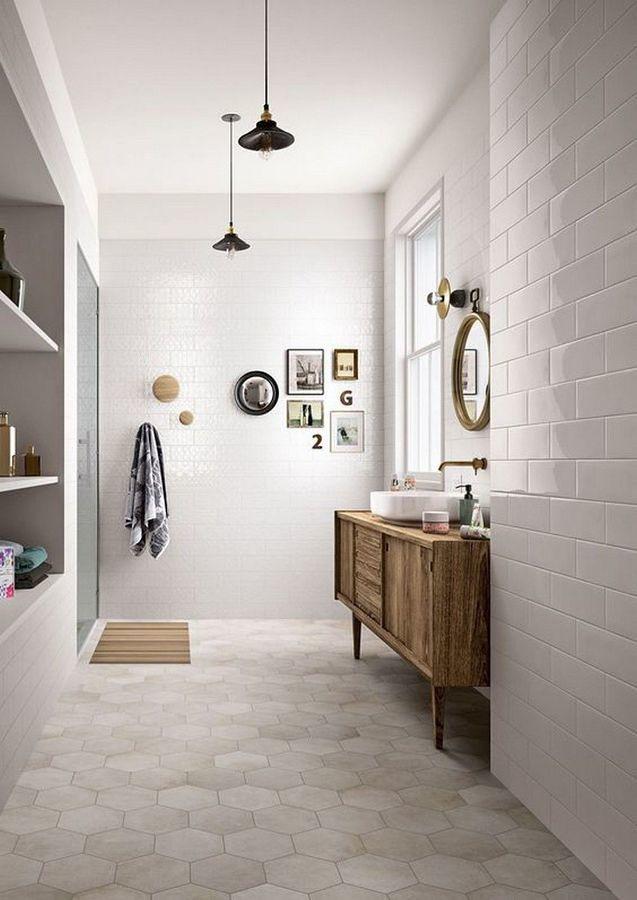 Cuarto de baño con ducha y mueble de madera