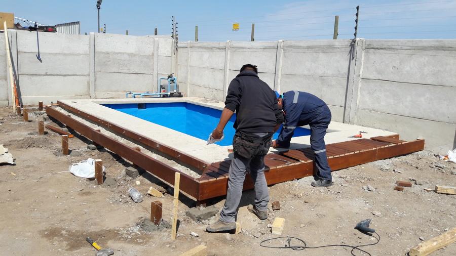 Deck de madera en borde de piscina ideas construcci n casa for Madera para piscinas