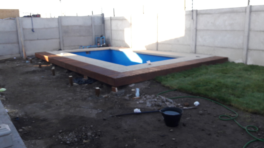 Deck de madera en borde de piscina ideas construcci n casa for Borde piscina hormigon