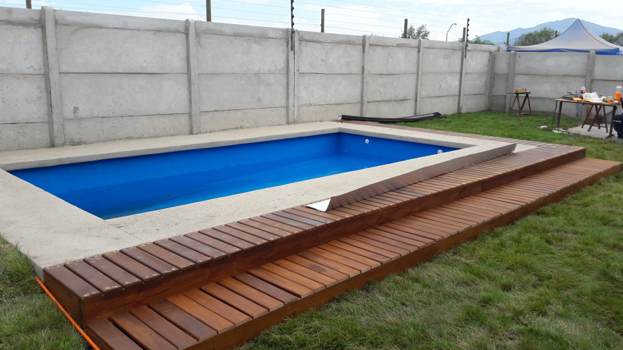 Foto deck de madera en borde de piscina de constructora for Deck piscina fotos