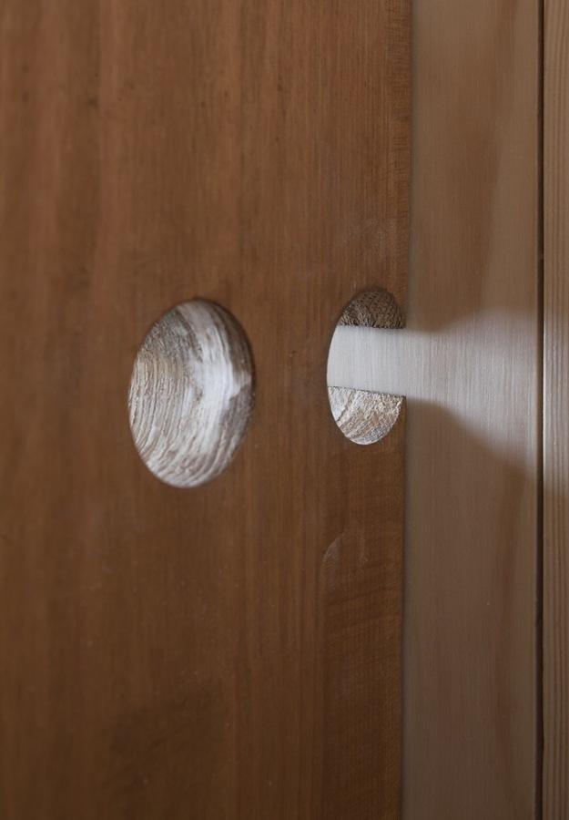 Detalle pomo puerta madera