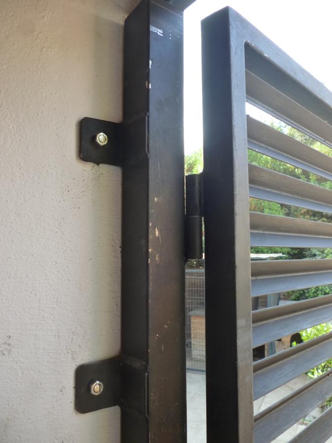 Foto detalle anclaje puerta metalica bodega de - Puerta metalica exterior ...