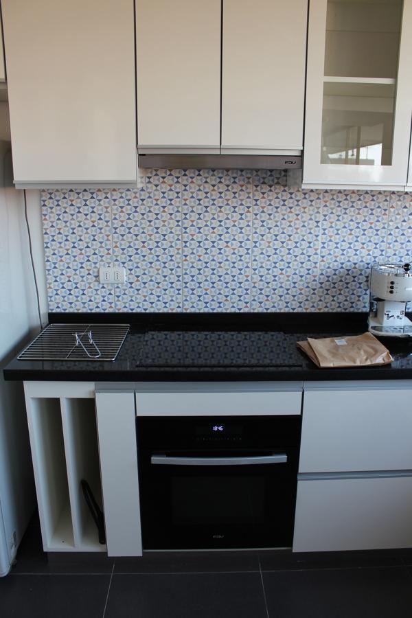 Ampliar espacios e iluminaci n en un d plex ideas for Mueble para encastrar horno y encimera