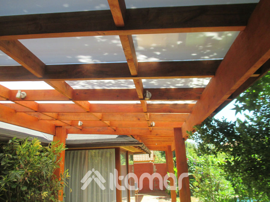 Cobertizo con vigas entre cruzadas y treillage ideas toldos for Cobertizo de madera ideas de disenos