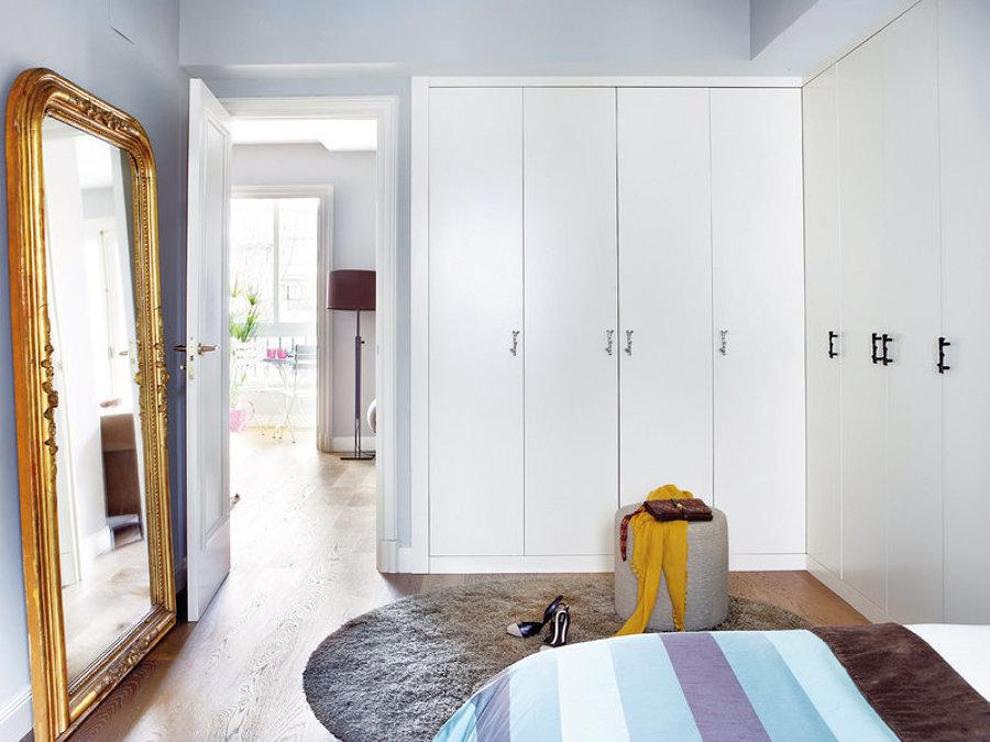 dormitorio con armarios a medida en forma de L