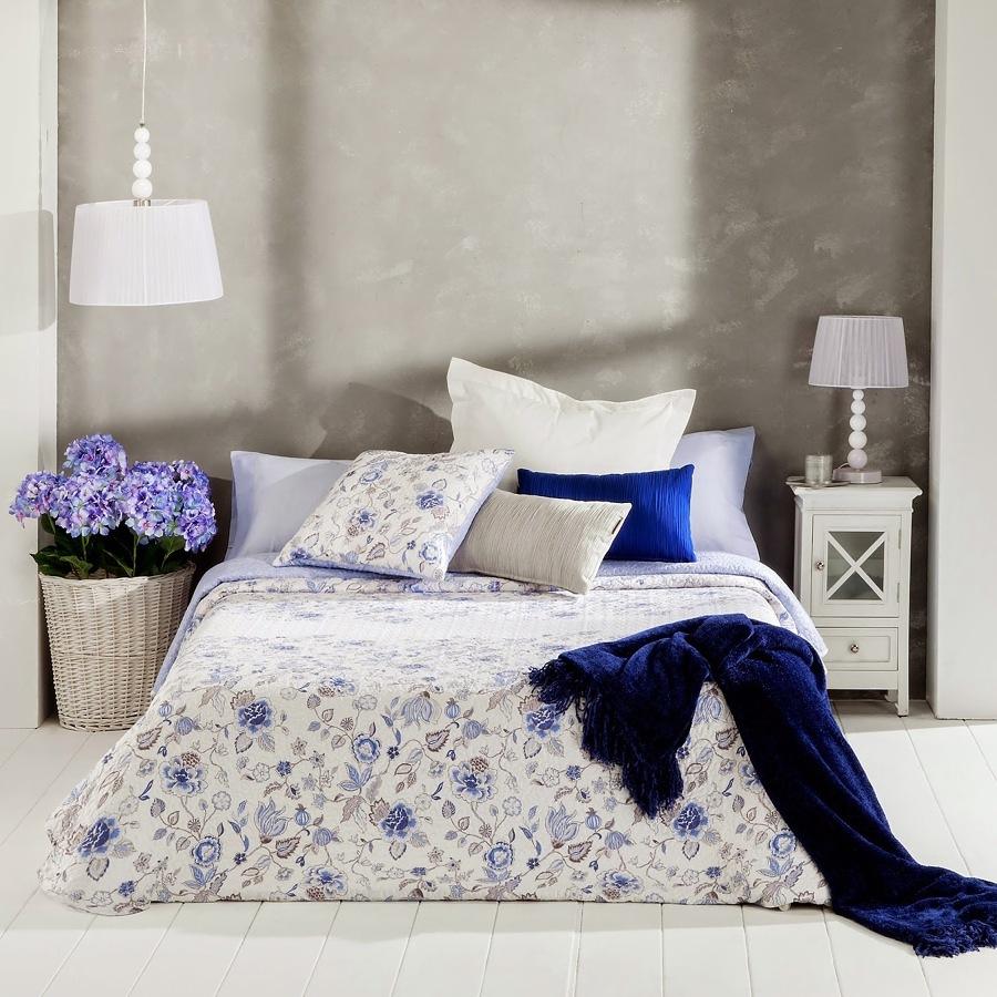 Dormitorio con edredón de flores