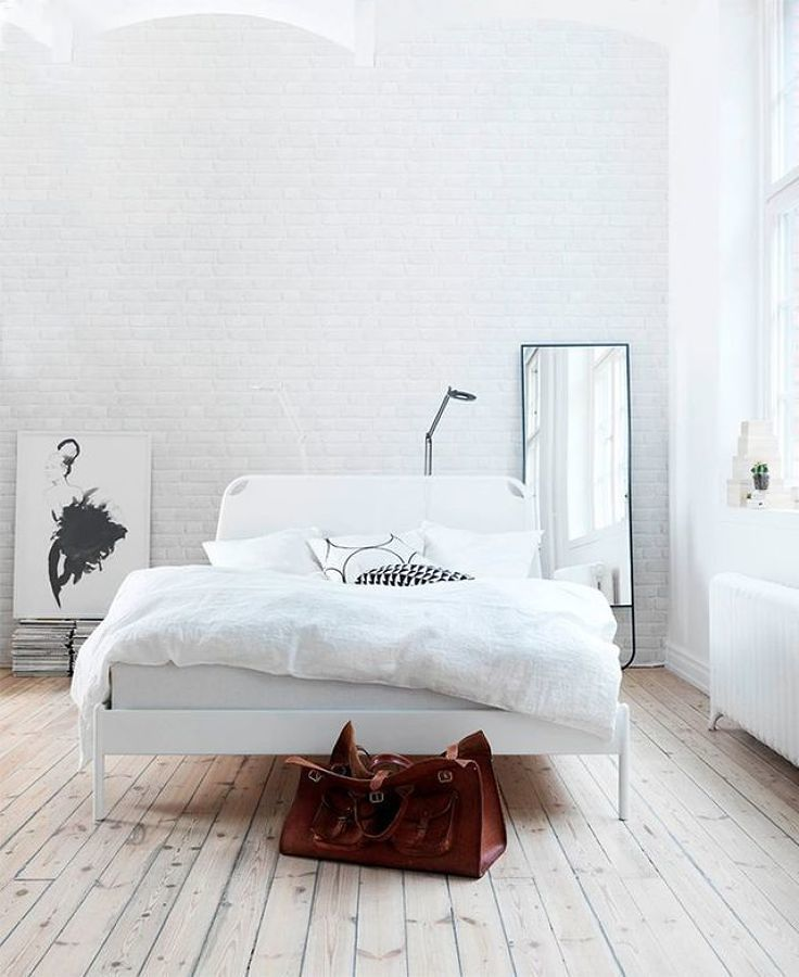 Dormitorio con piso laminado