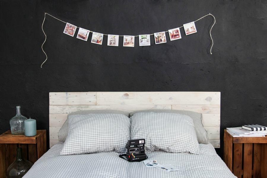 dormitorio decorado con palets y fotografías