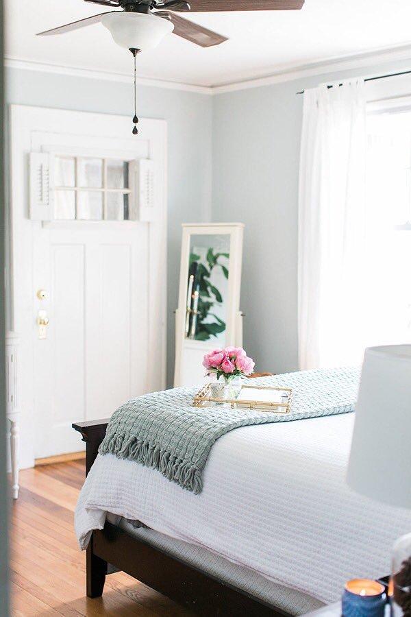 Dormitorio remodelado en blanco y negro