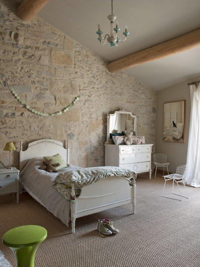 Pieza con muros de piedra