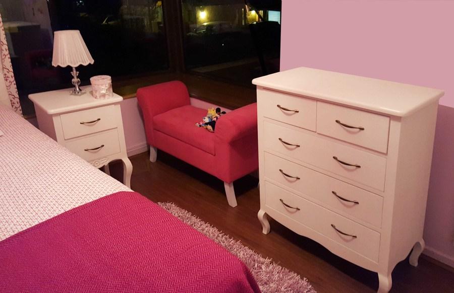 Dormitorio Normando, banqueta , velador y cómoda.