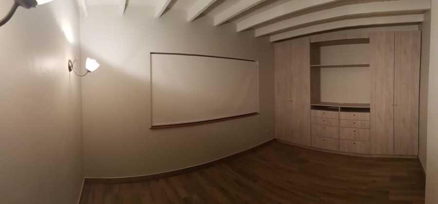 Dormitorio principal con clóset a medida y rack.