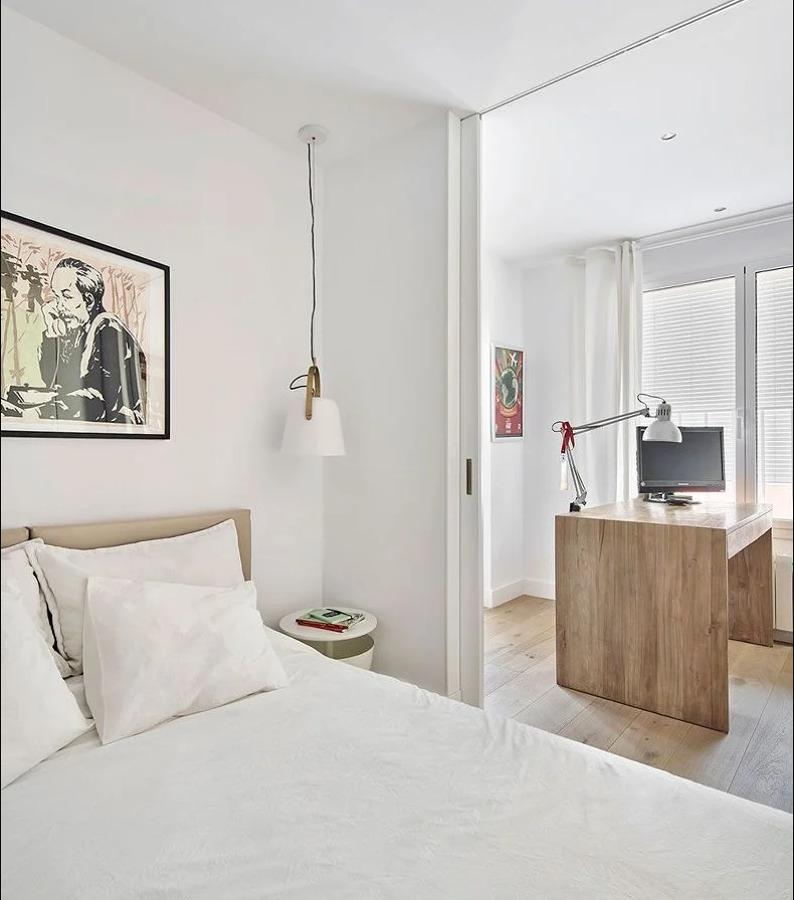 Dormitorio unido al estudio mediante puertas correderas o plegables