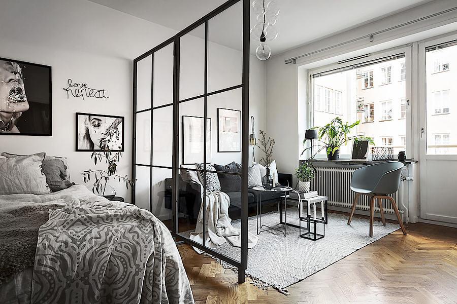 Living y pieza separadas por muro en vidrio