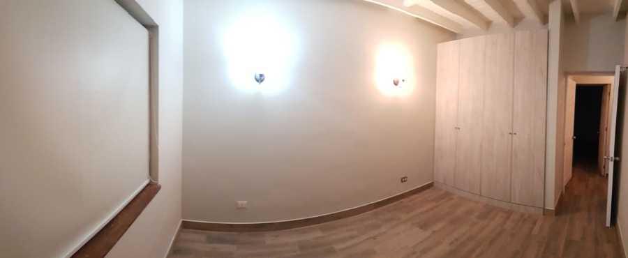 Dormitorios secundarios, piso porcelanato, lámparas y clósets a medida.
