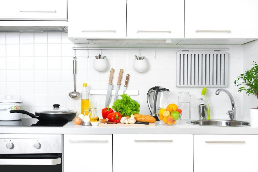 Encimera con alimentos e ingredientes