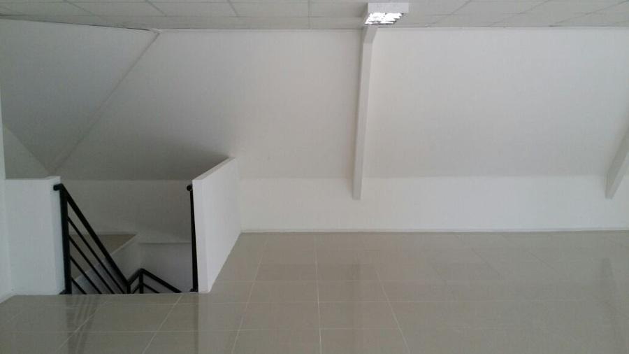 Foto Escalera De Acceso Segunda Planta De Meso Limitada