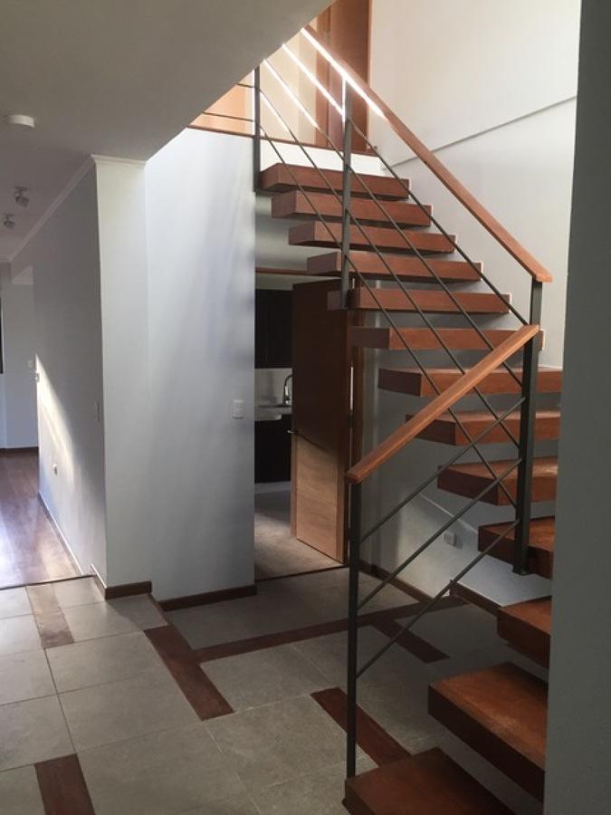 Foto escalera en volado pasamanos metal madera pisos for Pisos para escaleras minimalistas