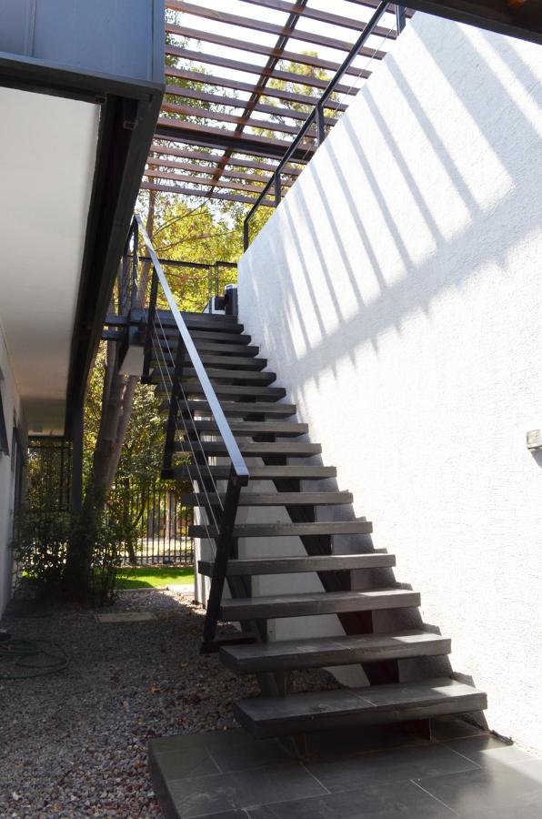 Escalera metalica va de escape a travs de escalera for Escaleras de exterior metalicas