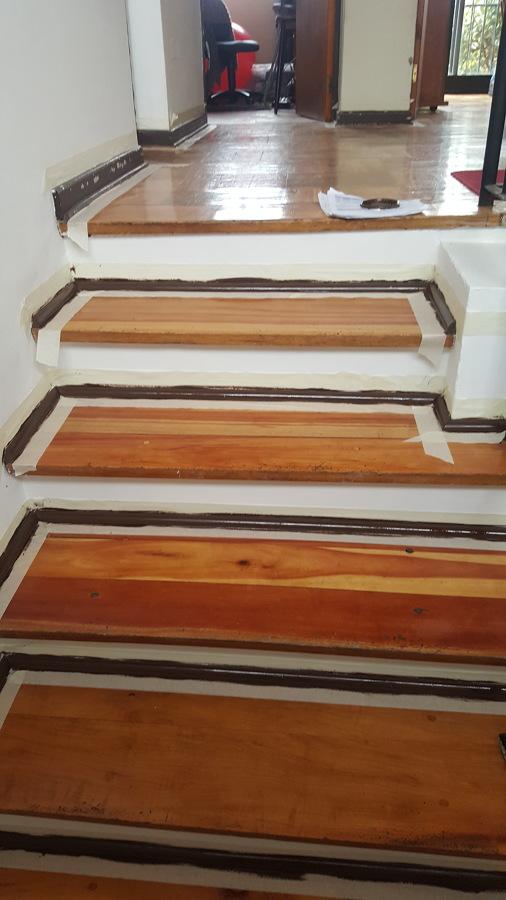 Escalera pintada con cinta de enmascarar