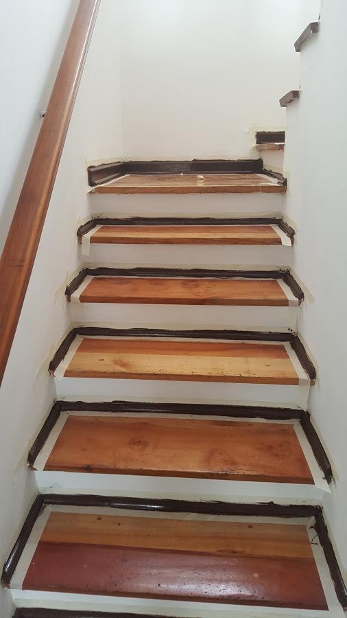 Escalera pintada primer piso con cinta de enmascarar