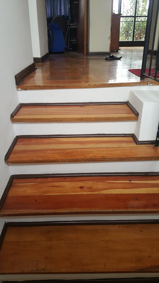 Escalera pintada segundo piso