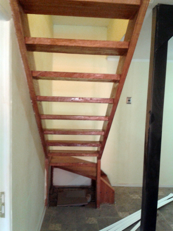 Foto escalera remodelada madera a la vista de - Escalera exterior para segundo piso ...