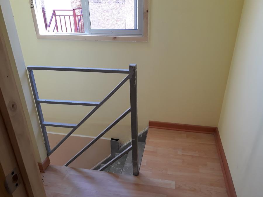 Escalera y hall de acceso.