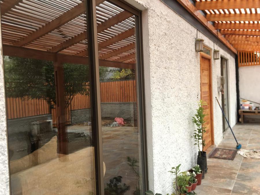 Frontón y terraza exterior