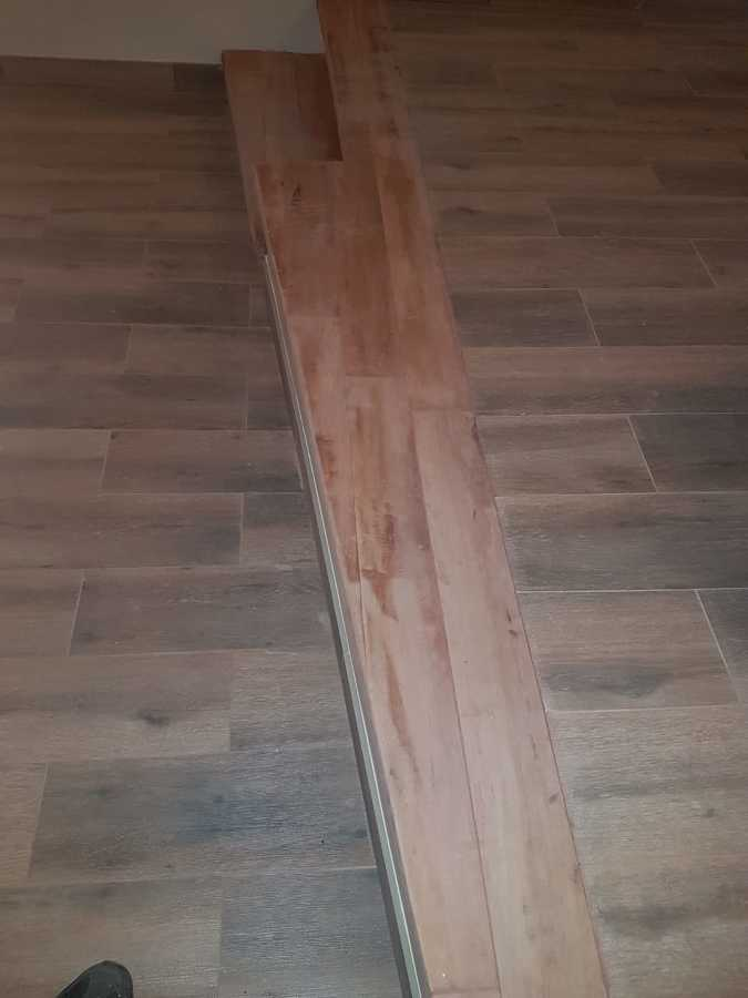 Gradas en madera noble de radal y piso porcelanato