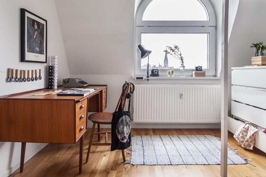 Pieza con escritorio de madera