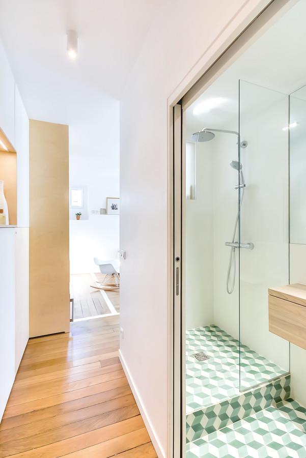 Puerta corredera y ventana interior en el baño