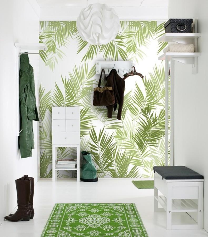 Hall con papel pintado en blanco y verde