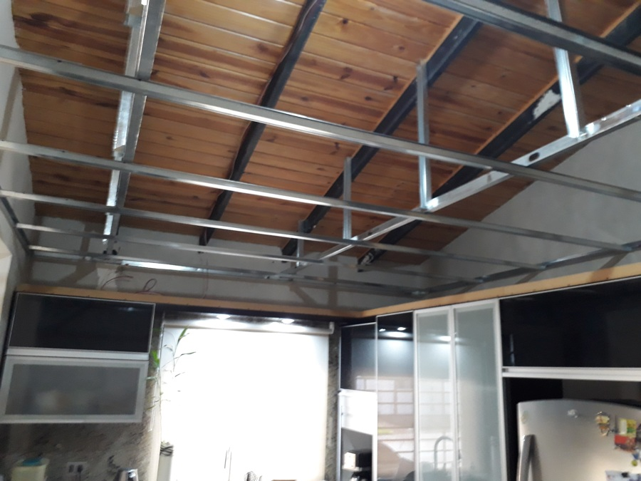 Instalacion de estructura para cielo de la cocina