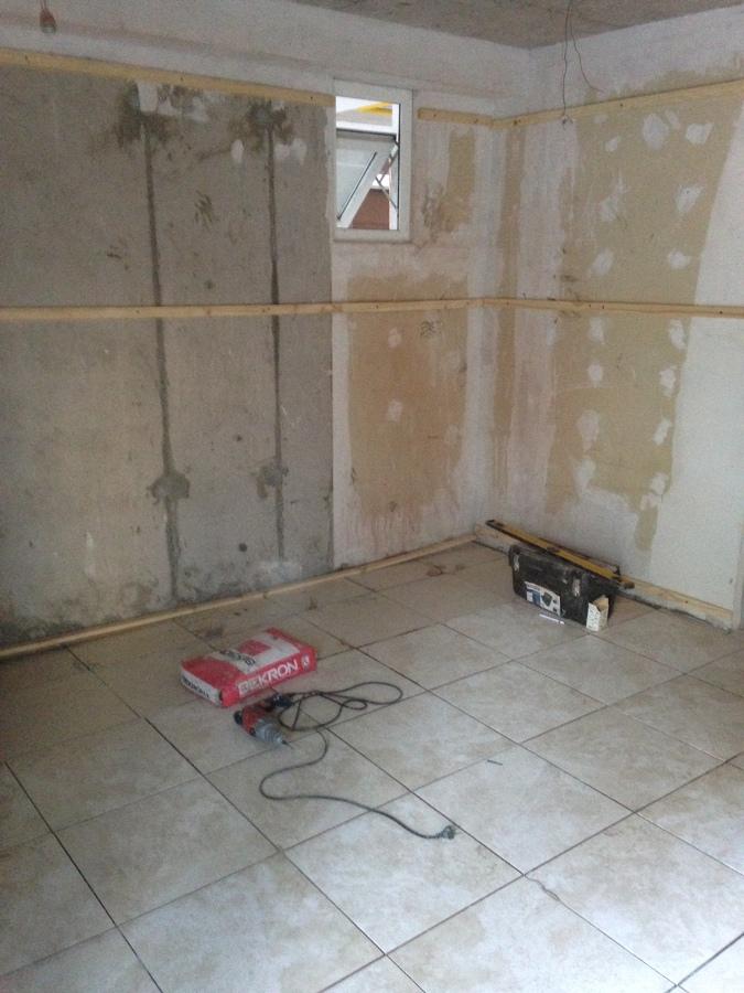 Foto instalacion revestimiento muros de madera de coello for Revestimiento de muros