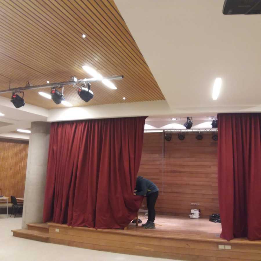 instalaciones de telón tipo escenario en terciopelo color burdeo