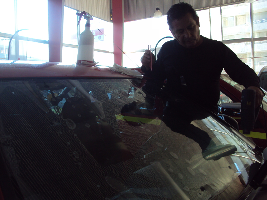 instalando laminas de seguridad en automotora