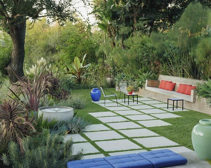 Jardín con sendero de adoquines
