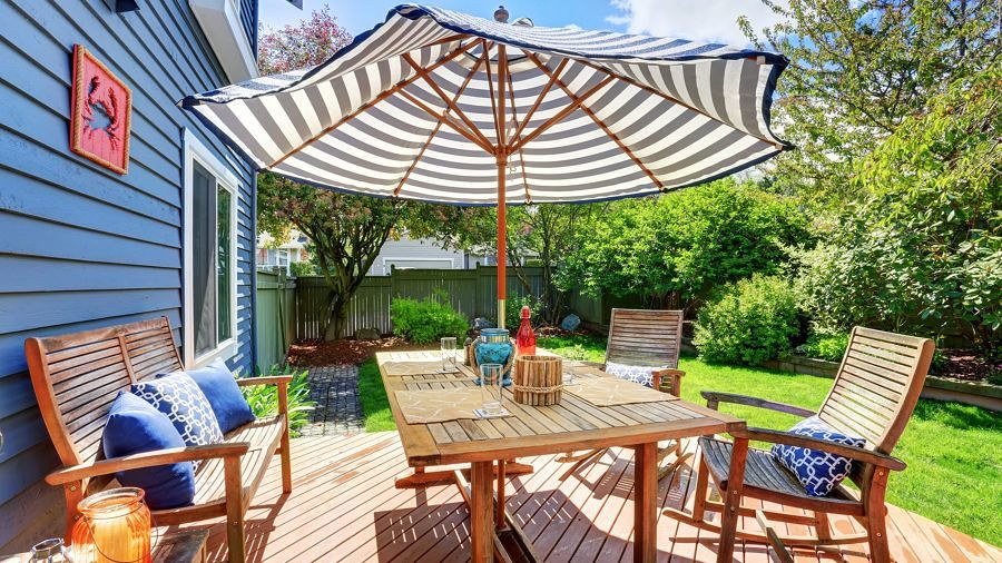 Jardín con gran mesa y sillas