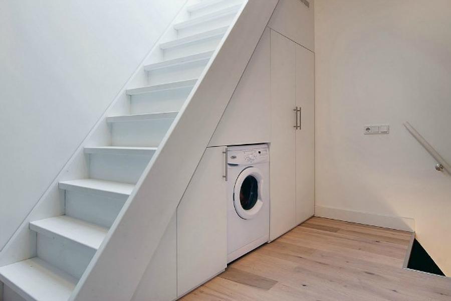 Lavadora bajo la escalera