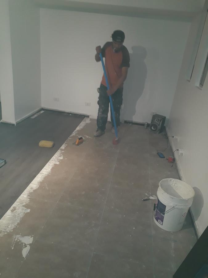 Limpiar bien la superficie dónde se pegará el piso
