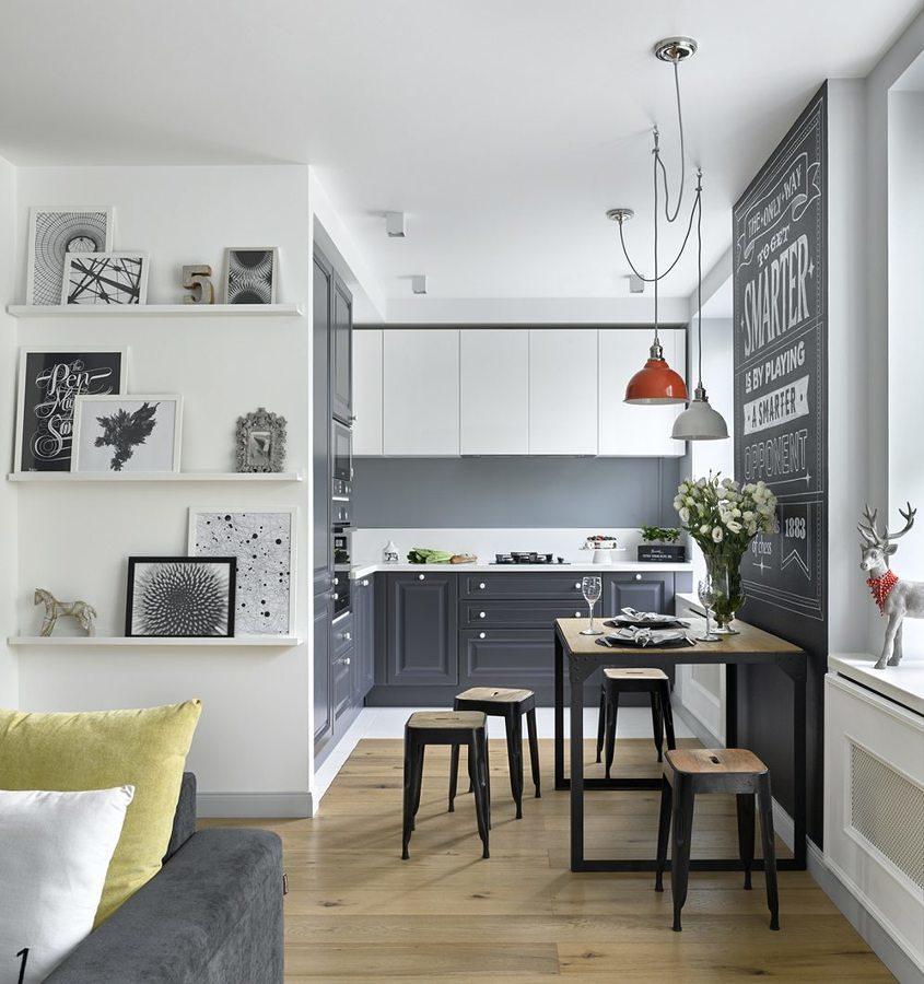 Mini cocina en blanco y gris con pared de pizarra