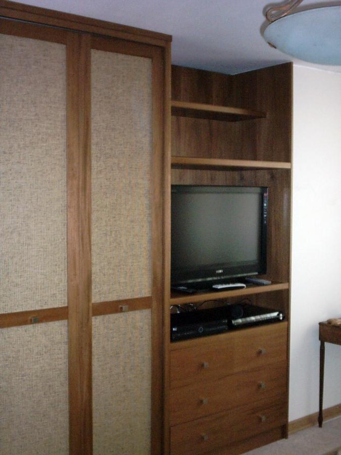Mueble TV incorporado en closet.