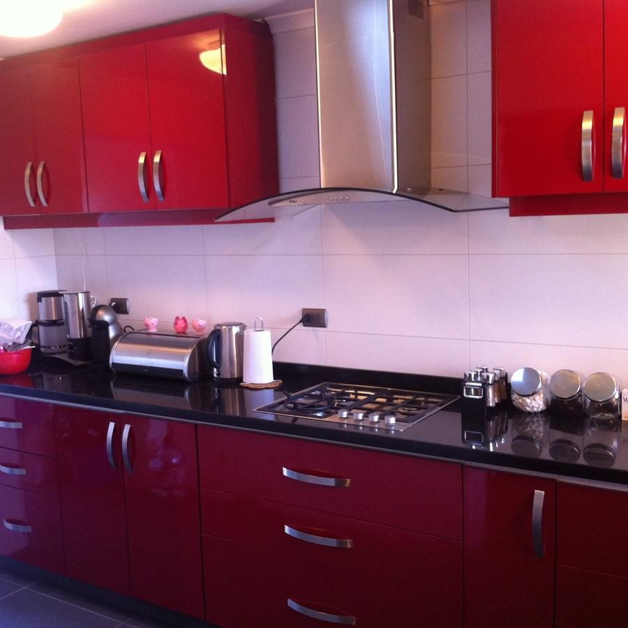 Cocina con revestimiento de lamitech carm n ideas for Color teka en muebles