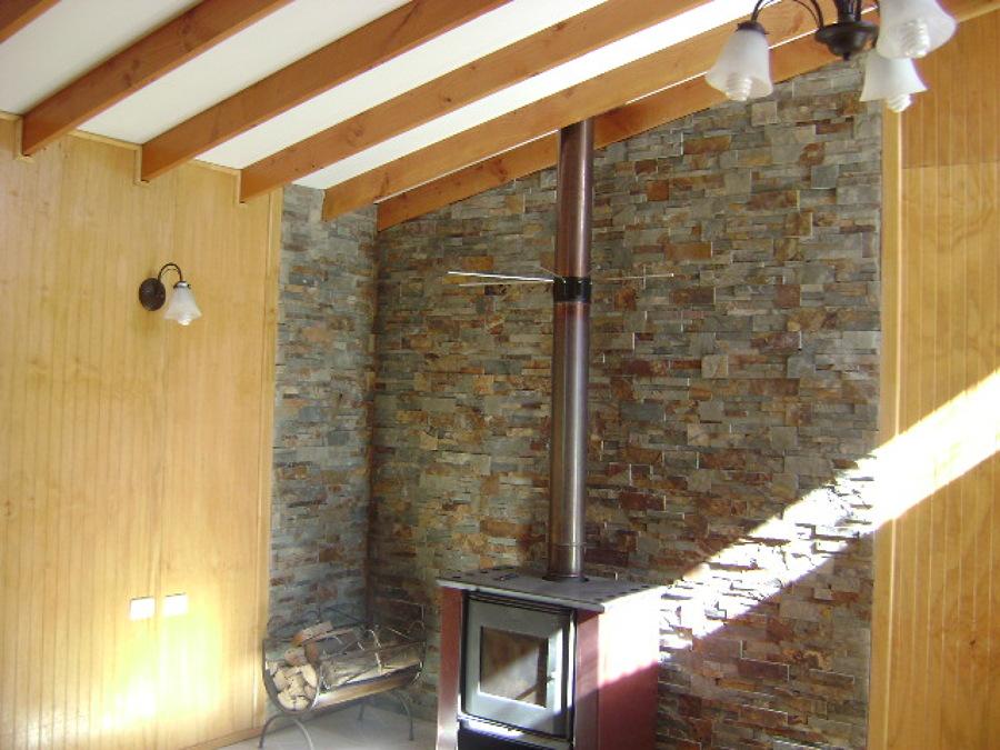 Foto muro recubierto en planchas imitacion piedra de for Planchas para revestimiento interior