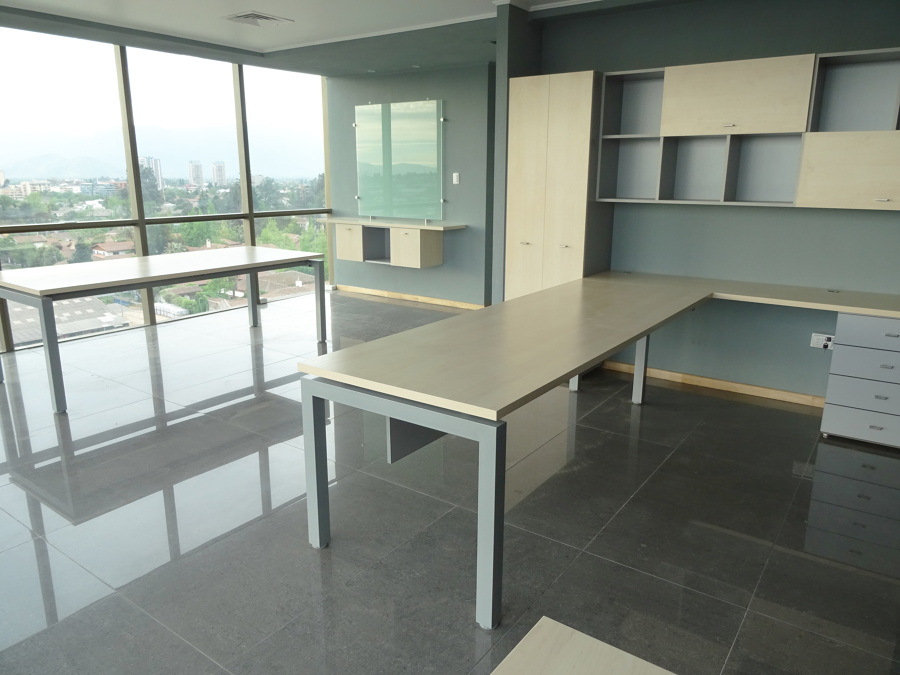 oficina gerencia y mesa de reunion