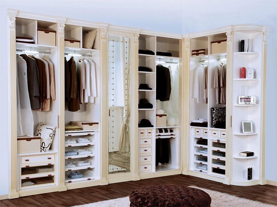Organización de ropa en closet de hombre