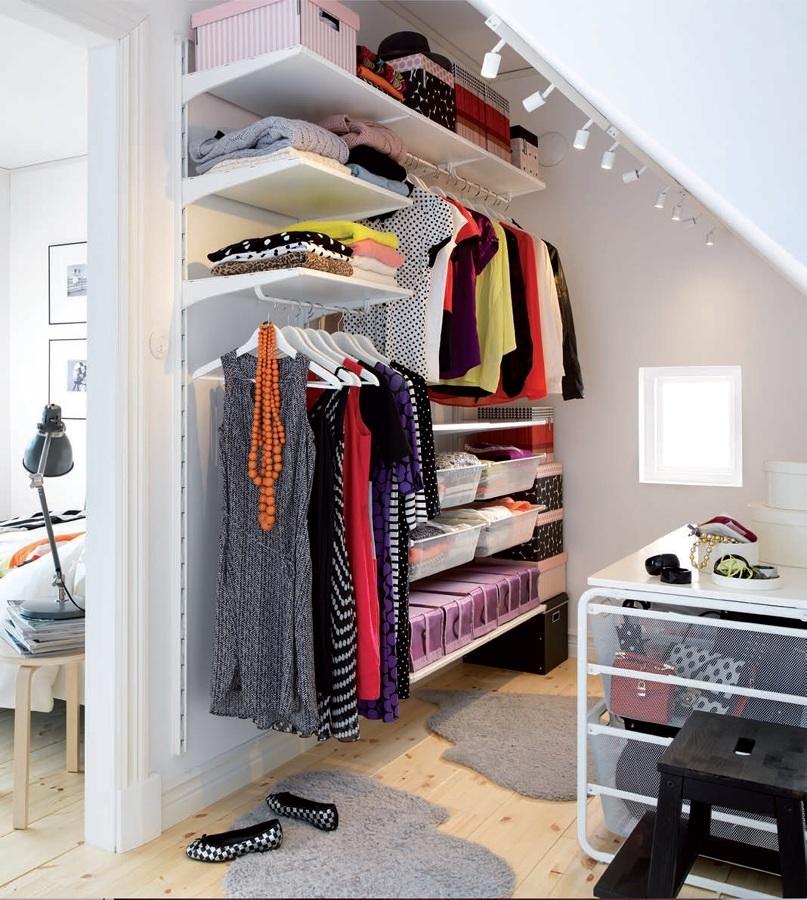 Organización de ropa en cajas y repisas