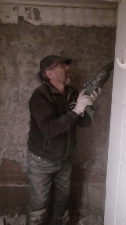 Picado de muro para sacar cerámica antigua y poder instalar nueva.