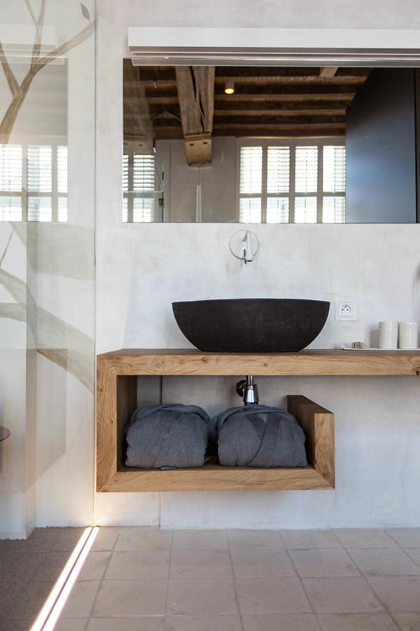 Baño con lavamanos de piedra